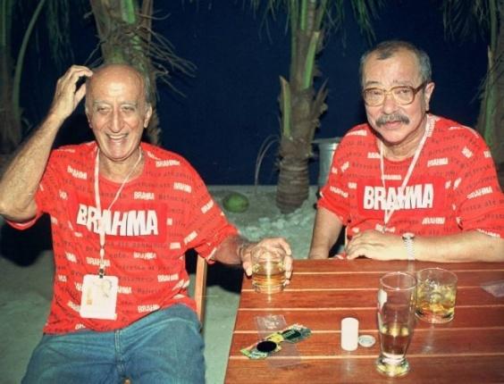 no-carnaval-de-2001-os-escritores-millor-fernandes-a-esq-e-joao-ubaldo-ribeiro-sao-fotografados-no-camarote-da-brahma-no-rio-de-janeiro-rj-1332946624271_564x430