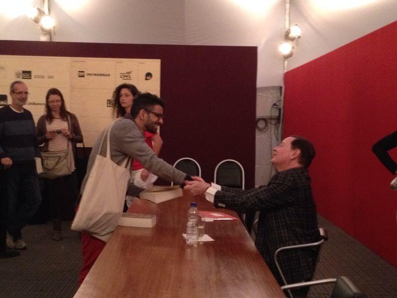 Andrew Solomon autografando calhamaços
