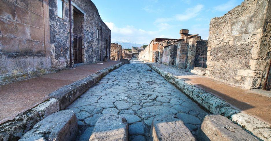 vista-de-uma-das-ruas-da-cidade-de-pompeia-na-italia-1392917161457_956x500
